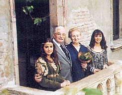 Гвидо и Сильвия с девушками на балконе Джульетты  -  the Patto of Guido and Silvia on  Juliet's balcony , Verona, 1999